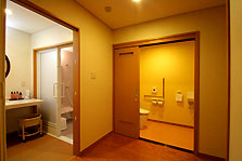 バリアフリートイレ 常に大きな開口扉で抜群の余裕です